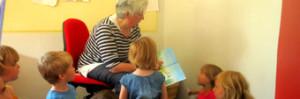 gesapnntes Zuhören der Kinder beim Vorlesen